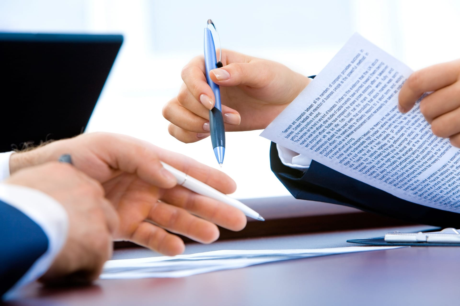 Parties entering into an agreement. Our Nashville commercial litigation attorneys can help guide you through business disputes.